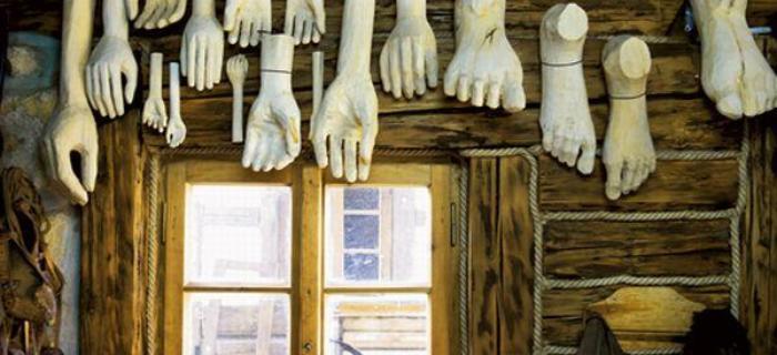 Drewniane łapy i stopy to tylko część asortymentu w Skansenie Kiczu Dariusza Milińskiego.