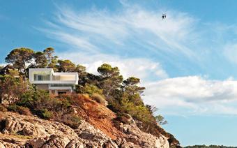 Wiele znanych osób posiada na Ibizie swoje rezydencje. Zazwyczaj jednak ich domy ukryte są wśród skał i zatoczek