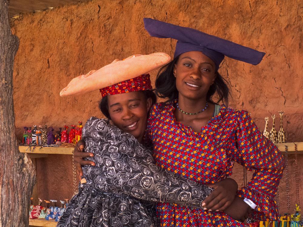 <b>Kobiety</b> Herero sprzedają na przydrożnych straganach swoje wyroby